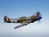 En Supermarine Spitfire MK-18 i luften Fotografiskt tryck av Stocktrek Images,