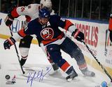 Kyle Okposo Autographed New York Islanders Behind the Net Photograph Fotografía