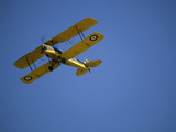 A De Havilland Dh-82A Tiger Moth 1930S Biplane Soars High in the Sky Fotografiskt tryck av Pete Ryan