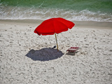 A Red Umbrella on the Beach at Gulf Shores, Alabama Fotografie-Druck von National Geographic Photographer
