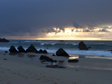 Twilight on a Pacific Ocean Beach with Large Boulders Fotografisk tryk af Charles Kogod