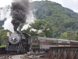 Western Maryland Scenic Railraod 2-8-0 734 Crossing Trestle into Depot Photographie par Kent Kobersteen