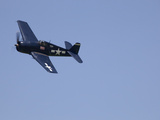 A Blue Grumman F6F-5 Hellcat Fighter Aircraft Flies Solo Fotografiskt tryck av Pete Ryan