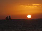 A Boat Sails across the Horizon at Sunset Fotografisk tryk af Karen Kasmauski