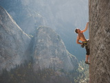 A Climber, Without a Rope, Grips an Expanse of El Capitan Fotografisk tryk af Jimmy Chin