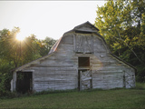 Sun Rises Behind a 100-Year-Old Barn Along Historic Maple Grove Road Photographie par Steve Raymer