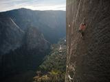 A Climber, Without a Rope, Grips an Expanse of El Capitan Lámina fotográfica por Chin, Jimmy