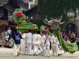 Young Men Perform a Dragon Dance with Zest Lámina fotográfica por O. Louis Mazzatenta