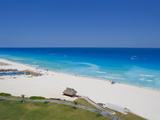 The Turquoise Waters and White Sand Beaches at Cancun, Mexico Fotografisk tryk af Mike Theiss