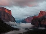 Fog Settles over Yosemite Valley Fotografisk trykk av Jimmy Chin