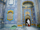 A Woman and Child Entering a Sufi Shrine in Sindh Province, Pakistan Impressão fotográfica por Aaron Huey