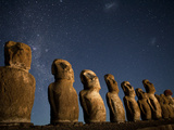 Night View of Maoi Statues under a Star Filled Sky Lámina fotográfica por Kent Kobersteen