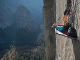 A Climber Reclines on a Hanging Camp on El Capitan Fotografisk tryk af Jimmy Chin
