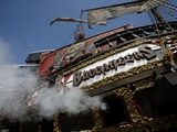 Cowboys Buccaneers Football: Tampa, FL - Cannons Fire From the Pirate Ship Photographie par Brian Blanco
