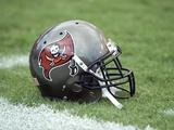 Texans Buccaneers Football: Tampa, FL - A Tampa Bay Buccaneers Helmet Plakater av Steve Nesius