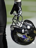 Chiefs Ravens Football: Baltimore, MD - Baltimore Ravens Helmet Photo av Nick Wass