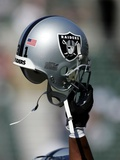 49ERS RAIDERS FOOTBALL: OAKLAND, CALIFORNIA - An Oakland Raiders Helmet Fotografisk tryk af Marcio Jose Sanchez