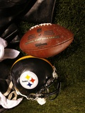 Bills Steelers Football: Pittsburgh, PA - A Pittsburgh Steelers Helmet and Football Fotografisk trykk av Keith Srakocic