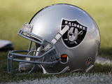 Raiders Broncos Football: Denver, CO - Oakland Raiders helmet Fotografisk trykk av Jack Dempsey