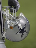 Cowboys Camp Football: San Antonio, TEXAS - A Dallas Cowboys Helmet Lámina fotográfica por Eric Gay