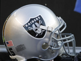 Raiders Steelers Football: Pittsburgh, PA - An Oakland Raiders Helmet Plakat av Keith Srakocic