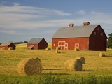 Barns and Hay Bales in Field Photographie par Darrell Gulin
