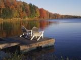 Adirondack Chairs on Dock at Lake 写真プリント : ラルフ・モーシュ