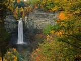 Waterfall Amongst Autumn Foliage Photographie par Ron Watts