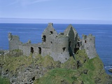 The Ruined Walls of Dunluce Castle Fotografie-Druck von Steven Vidler