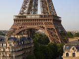Eiffel Tower and Apartment Buildings Fotografie-Druck von José Fuste Raga