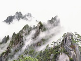 Mist Over Sanqing Mountain in China Lámina fotográfica por Wong Adam
