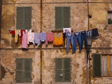 Laundry Hanging Outside Windows Fotografie-Druck von Steven Vidler