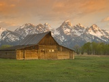 Log Barn in Meadow near Mountain Range Fotografie-Druck von Jeff Vanuga