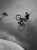 BMX Biker Performing Tricks Fotografie-Druck