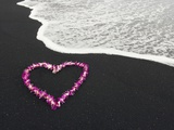 Heart Shaped Lei on Black Sand Beach 写真プリント