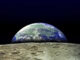 La tierra alzándose sobre la superficie de la luna Lámina fotográfica
