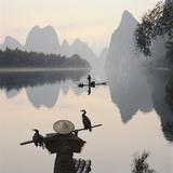 Cormorán y pescaderos en el río Li Lámina fotográfica por Martin Puddy