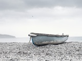 Boat at Beach in Devon Fotografiskt tryck av Simon Plant
