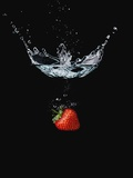 Strawberry in Water Lmina fotogrfica por John Smith