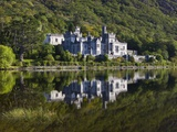 Kylemore Abbey reflected in lake Lámina fotográfica por Doug Pearson