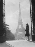 Moody Silhouetted Woman Paris Standing in Trocadero Looking Toward Eiffel Tower Photographie par H. Armstrong Roberts