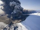 Eyjafjallajokull volcano erupting in Iceland Stampa fotografica di Paul Souders