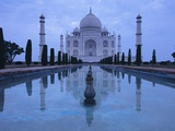 India, Uttar Pradesh, Agra, Taj Mahal, Built by Shah Jahan, Completed 1653 with Reflection in Pond Photographie par Chris Cheadle