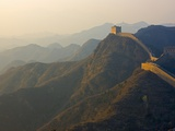 Great Wall winding in the mountain at sunset, Jinshanling, Hebei, China Fotoprint van Keren Su
