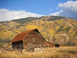 The famous Steamboat Barn, Steamboat Springs Ski Area in the background with yellow aspen trees, Co Reproduction photographique par Ron Dahlquist