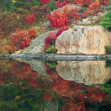 Autumn Colour Reflected in Murdock River, Sudbury, Ontario, Canada. Valokuvavedos tekijn Don Johnston
