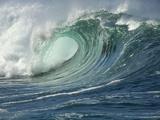 Shorebreak Waves in Waimea Bay 写真プリント : リック・ドイル