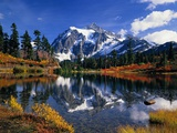 Autumn Foliage Surrounding Picture Lake Photographie par Craig Tuttle