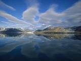 Arctic Skyline Reflecting in Water Fotodruck von Onne van der Wal