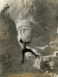 Man Hangs Onto Eye at Mount Rushmore Reproduction photographique
